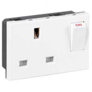 Socket Arteor - BS 1363 - 13 A - 2P+E switched - 3 modules - white